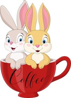 Мультфильм пара кроликов в чашке кофе