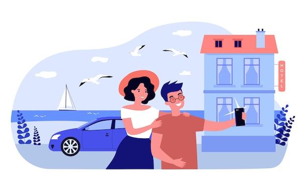 호텔 앞에서 셀카를 함께 찍는 만화 커플. 남자 친구와 여자 친구는 해변 평면 벡터 일러스트 레이 션 근처 전화로 사진을 찍고. 여행, 배너, 웹사이트 디자인에 대한 휴가 개념