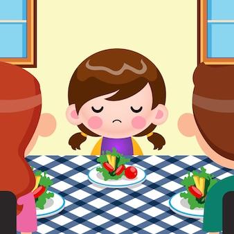 Мультфильм милая маленькая девочка не хочет есть овощи