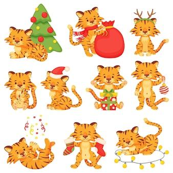 漫画のかわいい小さなトラ、幸せなトラの子。クリスマスと新年のベクトルセットを祝うクリスマスツリーまたはギフトボックスと動物の赤ちゃんのキャラクター