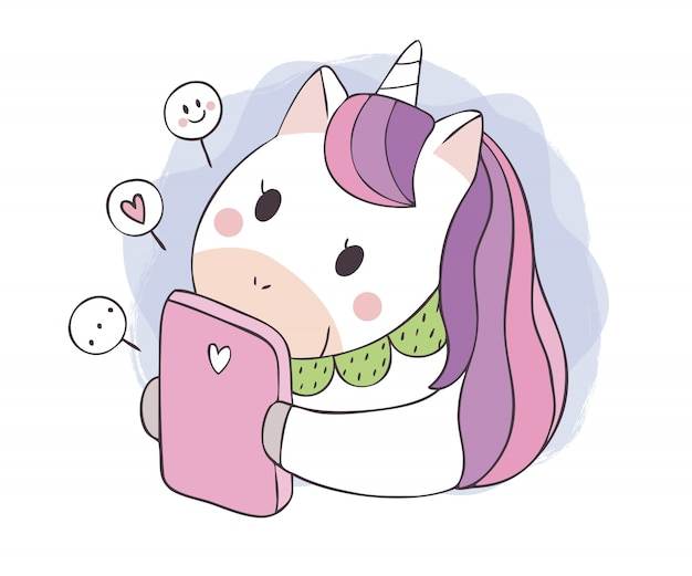Мультяшный милый сладкий единорог играет мобильный телефон.