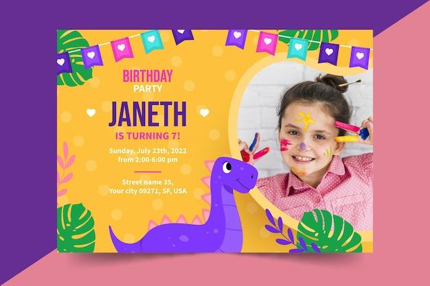 漫画の恐竜の誕生日の招待状のテンプレート