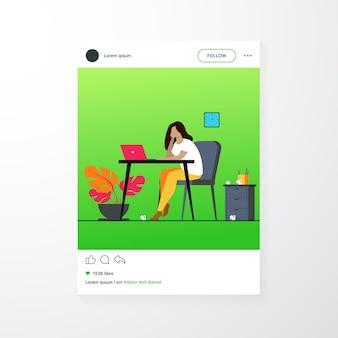 漫画の疲れた女性が座ってテーブルと作業孤立したフラットベクトルイラスト。プロの燃え尽き症候群の疲れた実業家