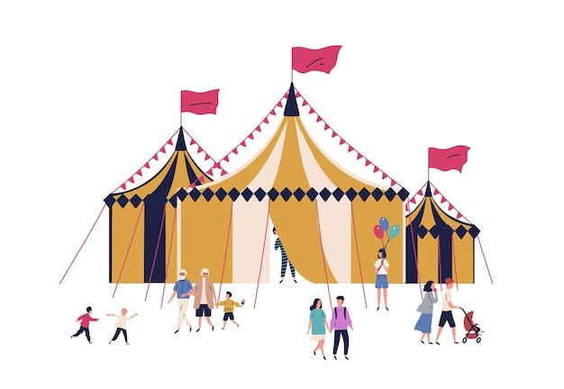 만화 가족과 아이들은 흰색 배경에 격리된 서커스 텐트 근처를 걷고 있습니다. 함께 시간을 보내는 행복한 사람들은 엔터테인먼트 벡터 평면 삽화를 즐깁니다. 축제 야외 박람회에서 사람입니다.