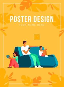 Семья шаржа сидя дома с гаджетами изолировала плоскую иллюстрацию. мама, папа, дети или с детьми телефоны и планшеты. образ жизни, проблемы и концепция социальных сетей