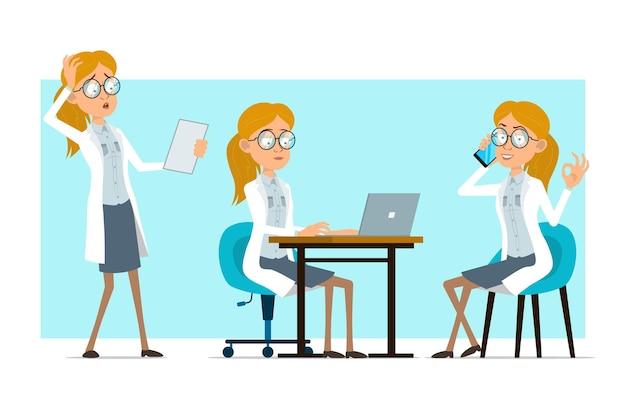 흰색 유니폼과 안경에 만화 평면 재미 금발 의사 여자 캐릭터. 메모를 읽고 전화 통화 소녀입니다.
