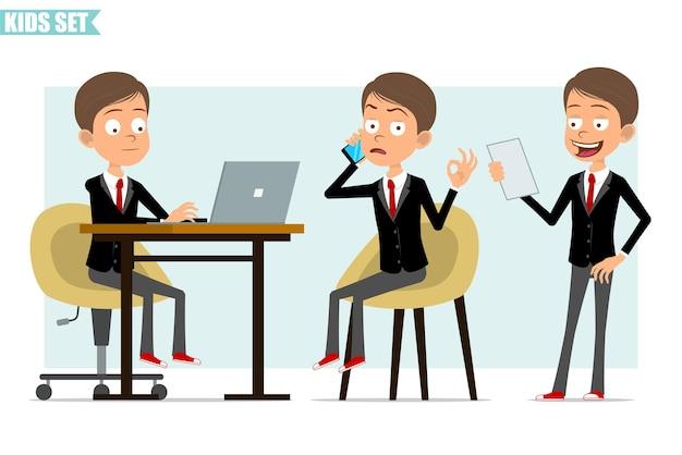 Мультяшный плоский забавный деловой мальчик в черной куртке с красным галстуком. ребенок работает на ноутбуке, читает записки и разговаривает по телефону. готов к анимации. изолированные на сером фоне. набор.