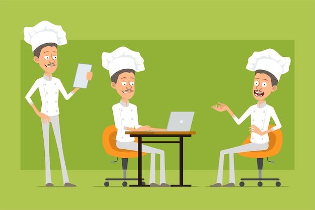 흰색 유니폼과 베이커 모자에 만화 평면 재미 요리사 요리사 남자 캐릭터. 노트북에서 작업 하 고 메뉴 참고를 읽는 남자.