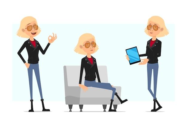 Мультфильм плоский смешной милый рок-н-ролл девушка персонаж в кожаной куртке. блондинка отдыхает на софе, показывая хорошо знаком и новый планшет.