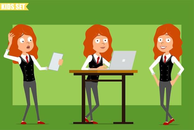 빨간 넥타이와 비즈니스 정장에 평면 재미있는 작은 빨간 머리 소녀 캐릭터 만화. 종이 노트를 읽고, 노트북에서 작업하고 포즈를 취하는 아이. 애니메이션 준비. 녹색 배경에 고립. 세트.