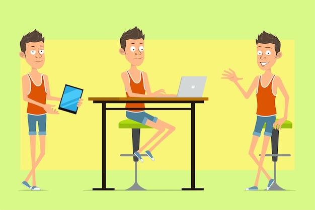 일 중항과 반바지에 만화 평면 재미 있은 남자 캐릭터. 노트북에서 일하고, 새로운 스마트 태블릿을 들고 쉬고있는 소년.