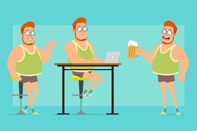 안경과 반바지에 만화 평면 재미 빨간 머리 뚱뚱한 소년 캐릭터. 노트북에서 일하고, 맥주를 들고, 안녕하세요 제스처를 보여주는 소년.