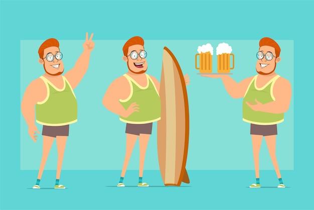 Мультяшный плоский смешной рыжий толстый мальчик в очках, майке и шортах. мальчик показывает знак мира, держит доску для серфинга и две пивные кружки.