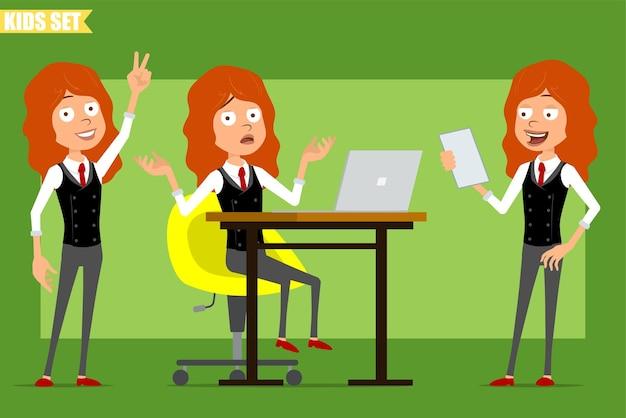 빨간 넥타이와 비즈니스 정장에 만화 평면 재미있는 빨간 머리 소녀 캐릭터. 노트북에서 작업하고 메모를 읽고 평화 기호를 보여주는 아이. 애니메이션 준비. 녹색 배경에 고립. 세트.