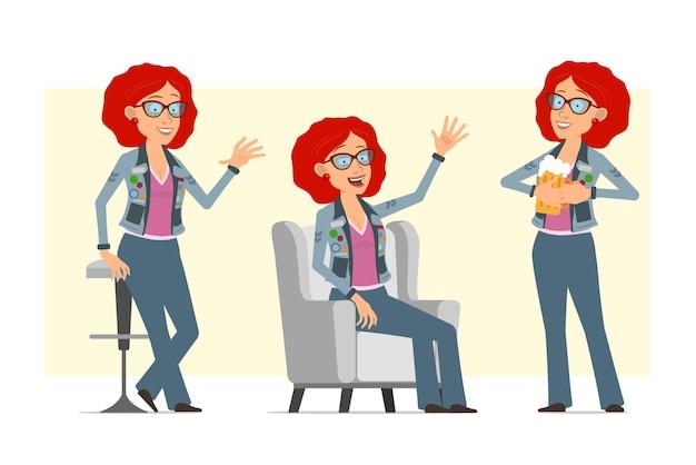 안경 및 청바지 재킷에 만화 평면 재미 빨간 머리 히피 여자 캐릭터. 의자에 쉬고, 인사하고 맥주를 들고 소녀.
