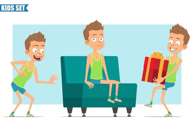 녹색 셔츠와 반바지에 만화 평면 재미 스포츠 소년 캐릭터. 몰래 소파에 누워 선물을 들고있는 아이.