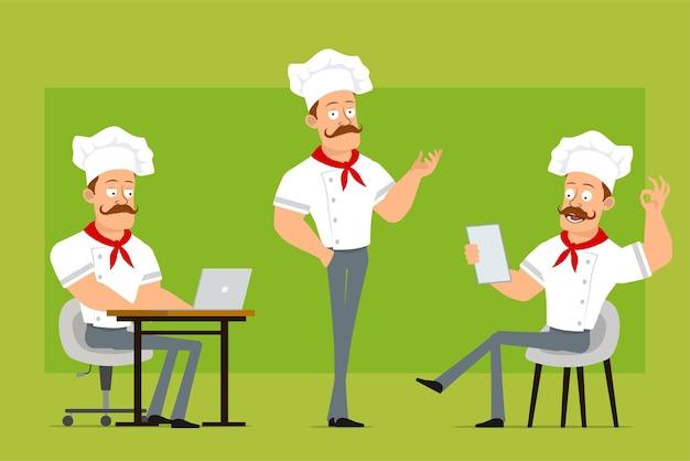 흰색 유니폼과 베이커 모자에 만화 플랫 강한 요리사 요리사 남자 캐릭터. 노트를 읽고, 노트북에서 작업 하 고 괜찮아 기호를 보여주는 소년.
