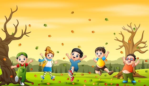 Мультфильм счастливые дети, играющие на осеннем фоне