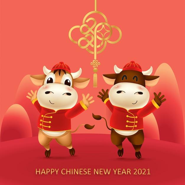 Карикатура иллюстрации маленького быка с красным китайским традиционным костюмом. символ зодиака 2021 года. китайский новый год, год быка.