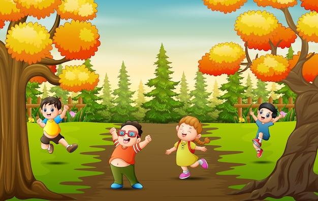 公園で楽しんでいる漫画の子供たち
