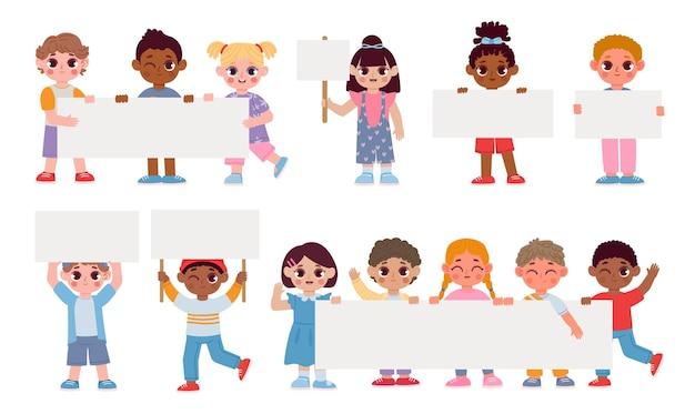 プラカード、看板、バナーを保持している漫画の子供たち。空のフレームを持つ学校の学生。メッセージベクトルセットを持つ子供男の子と女の子