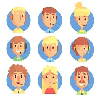 ヘッドセットがセットされた漫画の男性と女性のコールセンターオペレーター、カスタマーサポートサービスのカラフルなイラスト