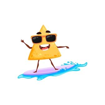 여름 해변에서 만화 멕시코 나초 칩과 파도에 고립 된 행복 캐릭터 마스코트에 서핑 보드에서 서핑 휴가. 벡터 맛있는 패스트푸드 스낵 서퍼, 귀여운 이모티콘 멕시코 전통 음식