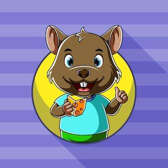 Мультяшная мышь держит в руке квадратный вкусный сыр с счастливым лицом