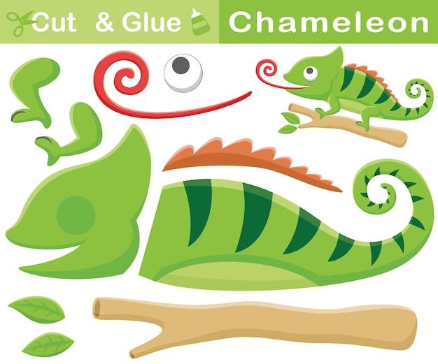 Мультяшный хамелеон на ветвях деревьев высовывает язык. развивающая бумажная игра для детей. вырезка и склейка
