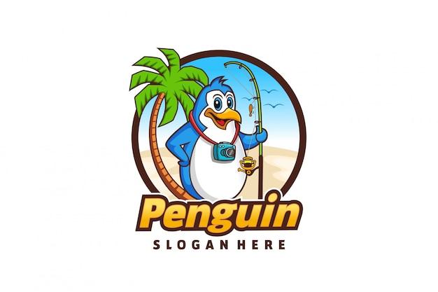 Логотип мультяшного пингвина с темой пляжной рыбалки