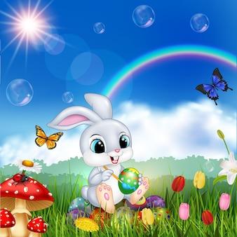 Мультяшный кролик, украшающий пасхальное яйцо