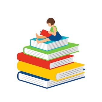Маленькая девочка чтения шаржа. умная счастливая девочка-ребенок сидит на стопке книг и читает, концепция вектора книги дошкольного обучения