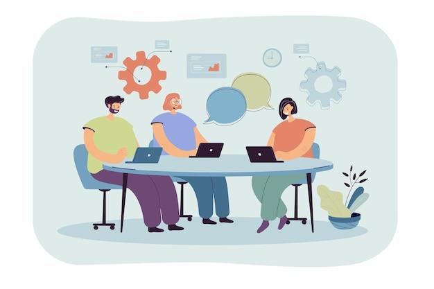 漫画チームコワーキングプロセスフラットイラスト。テーブルの周りに座っているラップトップを持つ人々のキャラクター
