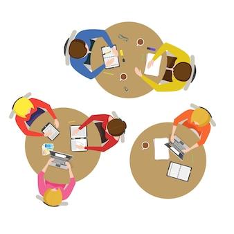 만화 팀 회의 컬렉션 상위 뷰 비즈니스 프레젠테이션, 회의, 토론 또는 평면 디자인 스타일 브레인스토밍. 벡터 일러스트 레이 션