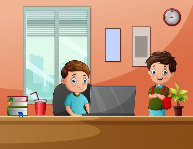 机の中でコンピューターで遊んでいる子供たちを漫画