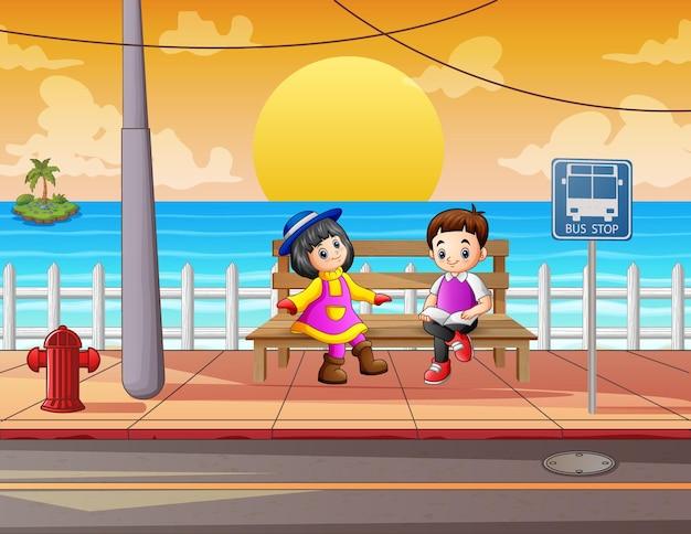 Мультфильм детей, сидящих на деревянной скамейке на обочине дороги