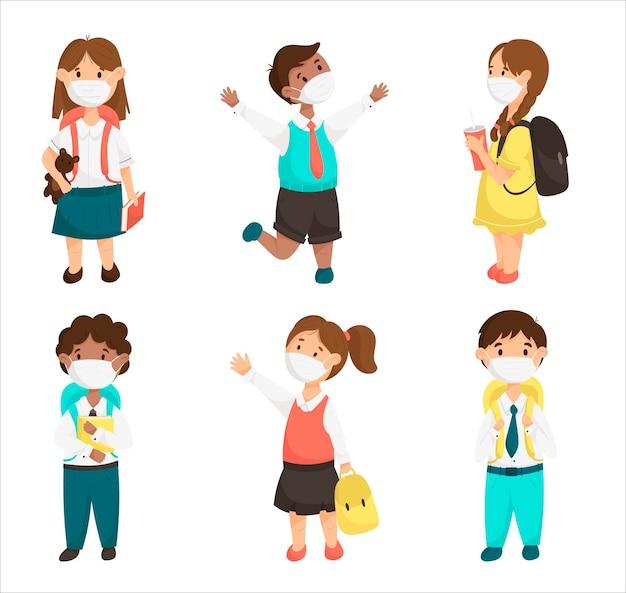 かわいい子供たち、パンデミック中の医療マスクの学校の子供たちの漫画のベクトルを設定します。本とバックパックで生徒の女の子と男の子を笑顔。