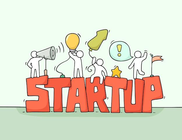 Мультфильм рабочих маленьких людей со словом startup. каракули милая миниатюрная сцена рабочих о творчестве. рисованной иллюстрации шаржа