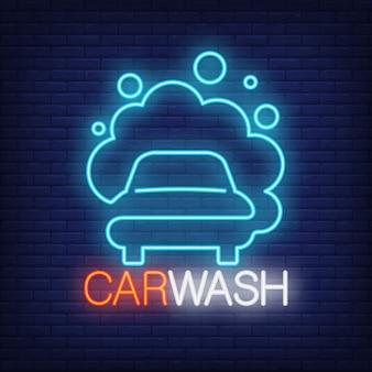 Carwash неонное слово и автомобиль в эмблеме пены. неоновый знак, ночь яркая реклама