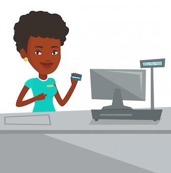 チェックアウト時にクレジットカードを保持しているレジ係。