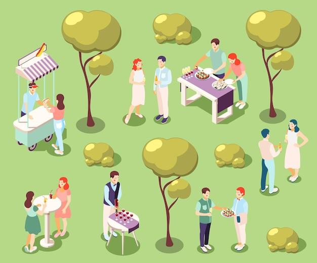食べ物や飲み物の孤立したイラストと公園の等角投影のケータリングと宴会