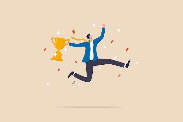 仕事の達成、成功または勝利、賞またはトロフィーの獲得を祝い、ビジネス競争の概念に挑戦または成功し、勝利のトロフィーを保持している幸せなビジネスマンがお祝いのために高くジャンプします。