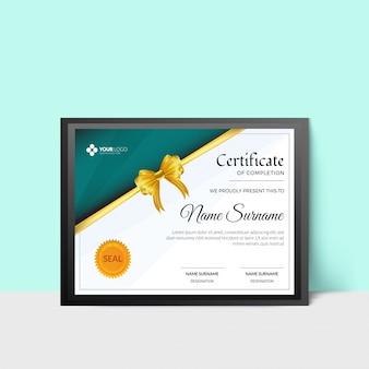 緑色の抽象的なスペース、黄色いリボン、研究所または組織の封印を伴う修了証書または卒業証書。