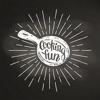 Мел silhoutte кастрюли с солнечными лучами и надписью - кулинария весело - на доске. подходит для изготовления логотипов, закусок, дизайна меню или постеров.