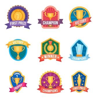 챔피언 엠블럼. 수상 로고와 스포츠 리그 배지의 트로피 컵과 메달. 토너먼트 승리. 만화 우승자 1등 벡터 세트입니다. 엠블럼 달성, 우승 휘장