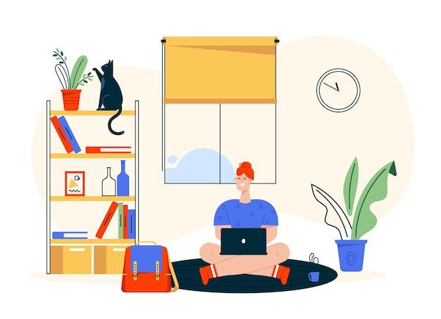 Иллюстрация характера работы дома. женщина удаленного работника, сидящая на полу, работая на ноутбуке. интерьер домашнего офиса, книжная полка, домашнее животное кошки, удобное рабочее место. фрилансер в творческой студии