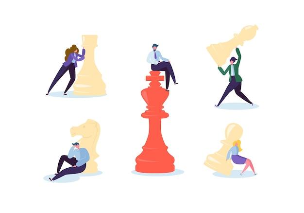 チェスをしているキャラクター。事業計画と戦略の概念。チェスの駒を持つビジネスマンと実業家。競争とリーダーシップ。