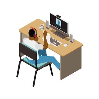 ウェブカメラに紙を見せてコンピュータのテーブルに座っている男性と人々の等角投影図をチャット