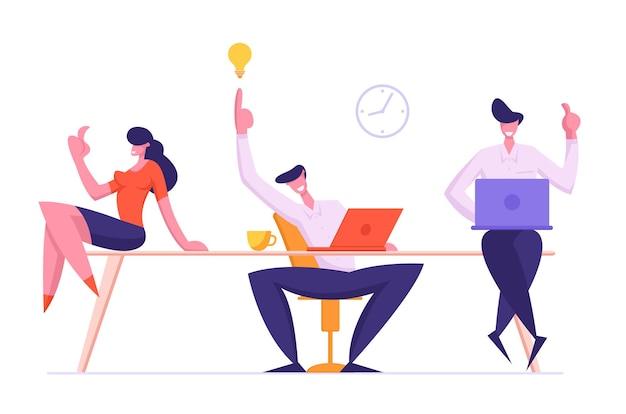 Веселая команда деловых людей радуется творческой идее нового рабочего проекта