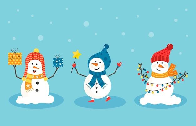さまざまなプレゼントを持つ陽気なクリスマス雪だるま。帽子、木とスカーフを身に着けている面白い雪だるま。お祝いの幸せなクリスマスの休日かわいいキャラクター、フラットベクトル漫画セット